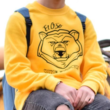 Chico con sudadera amarilla El Oso